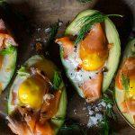 Лодки от авокадо с яйце и сьомга