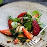 Салата валериана с ягоди и топчета от овче кисело мляко