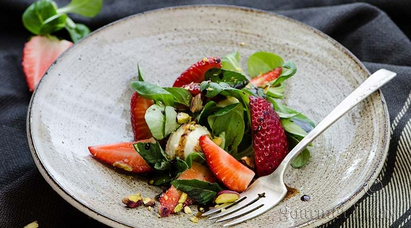 Valeriana salad with strawberries