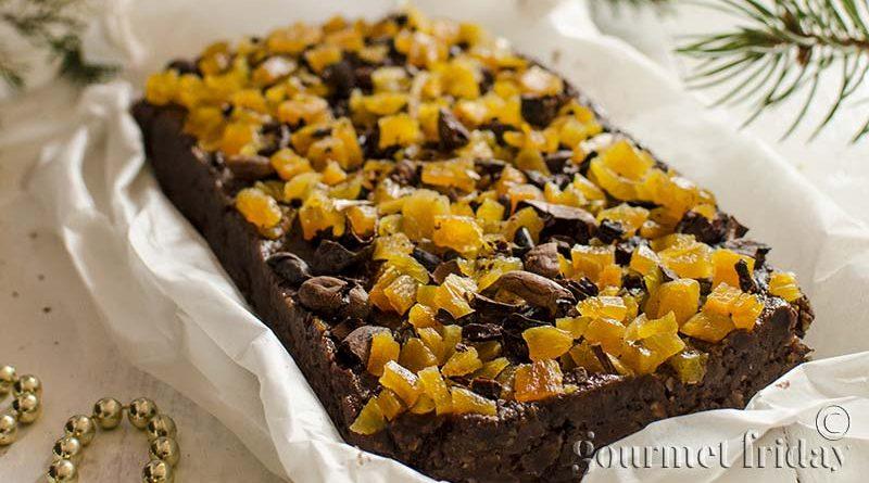 Сурово брауни със сушени кайсии, бадеми и какао