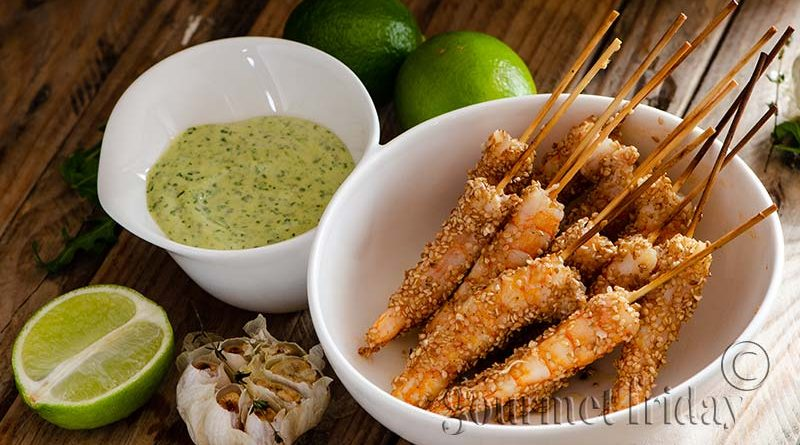 Shrimps with sesame and aioli with roasted garlic and arugula