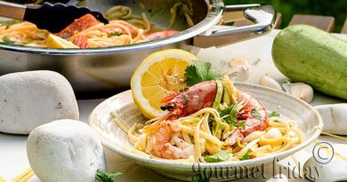 Linguine with shrimps, zucchini, parmesan and spices