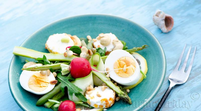 Salad with asparagus and goat cheese