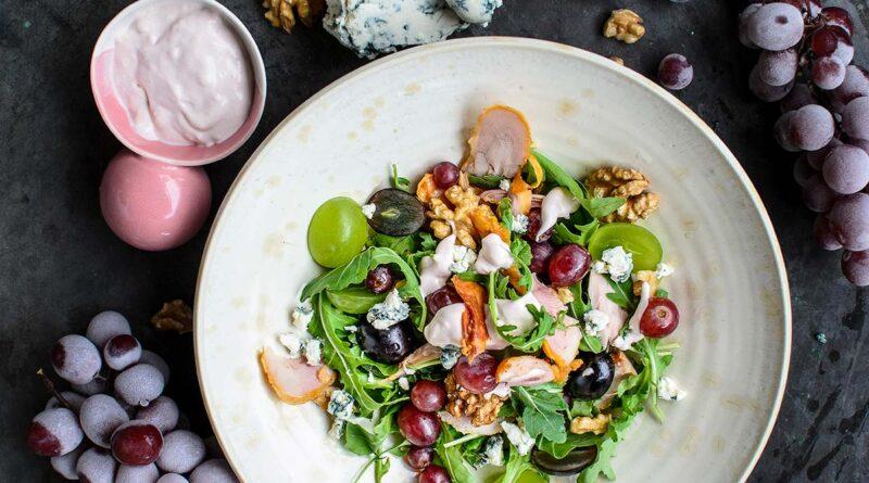 Салата с грозде, рукола и пилешко месо